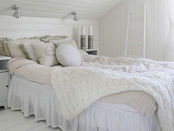 Romantiskt i äldre stil med ljus inredning, sängkjol och många kuddar.
