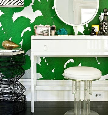 love: Ideas, Green Wallpapers, Green Interiors, Dresses Tables, Emeralds Green, Vanities, Interiors Design, White Bathroom, Kelly Green