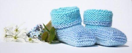 Lättstickade babytofflor med gratis stickbeskrivning på svenska.