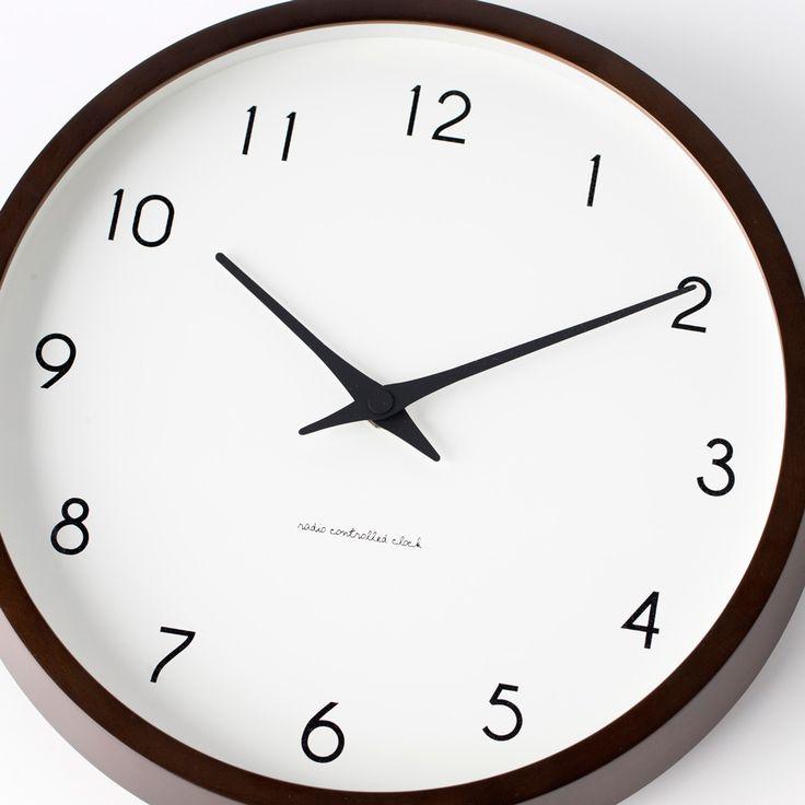 日本発祥のデザインクロックメーカー、lemnos(レムノス)の壁掛け時計。シンプルなデザインの「Campagne(カンパーニュ)」なら、どんなお部屋にもスッとなじんで、長く愛用していけそうです。ボタンひとつで時間の設定ができる電波時計は、引越し祝いや新築祝いにもおすすめです。