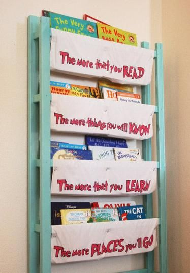 reciclar y aprovechar la cuna. Organizados de libros infantil: super práctico y se podría usar para hacer una zona de lectura infantil , esta vez tiene pinta de haber juntado el cabecero y la zona de los pies de la cuna.