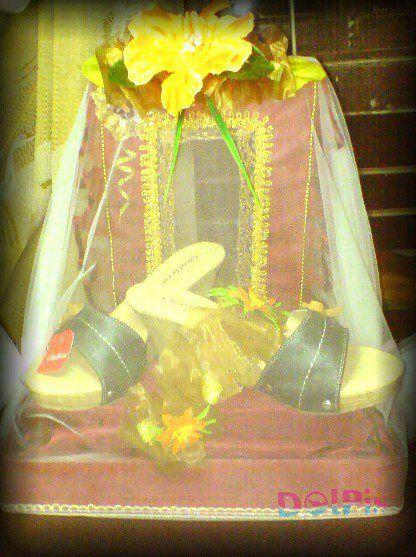 Sepasang sandal, simbol pernikahan antara dua insan dengan kelemahan& kelebihan masing-masing tapi mampu saling menyempurnakan