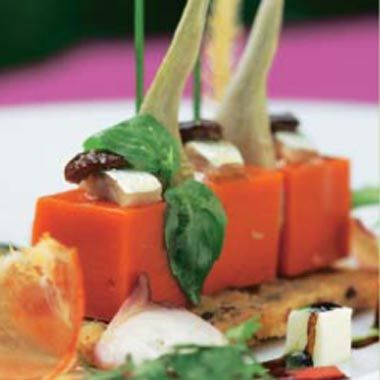 Gelatina de tomate sobre crujiente de pan #recipes #cuisine