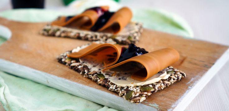 Med frø og kjerner blir knekkebrødene sunne, sprø og supergode på smak.