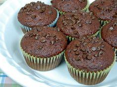 Muffins de chocolate com iogurte desnatado – Massa úmida  Receita para fazer 12 muffins.  Massa:  60 g de chocolate em pó 225 g de farinha de trigo 1 colher (sopa) de fermento em pó 1 pitada de sal 115 g de açúcar demerara 150 g de chips (gotinhas) de chocolate 160 ml de iogurte natural 90 ml de leite 6 colheres (sopa) de óleo de milho ou girassol ½ colher (chá) de extrato de baunilha 2 ovos