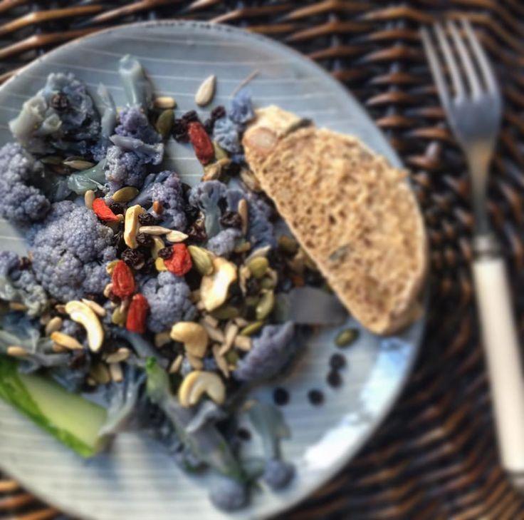 Insalate croccante di cavolo viola con bacche di goji, anacardi, semi di zucca e uvetta