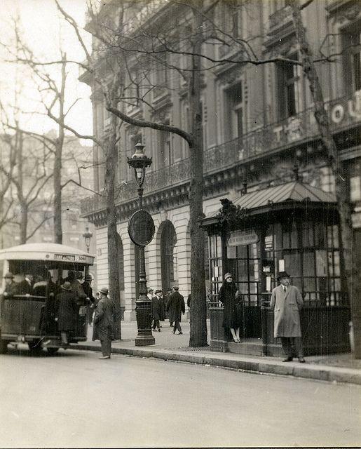 Paris, 1927 - Passenger entering bus at boulevard des Capucines, corner of Place de l'Opéra.