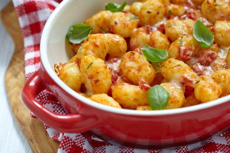 Gli gnocchi di ricotta con pomodorini e scamorza sono un primo piatto alternativo ai classici gnocchi di patate. Ecco la ricetta