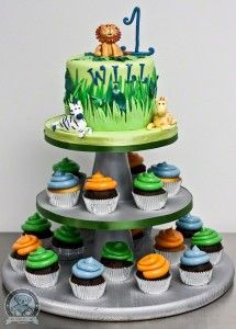 jungle birthday cake with cupcakes I would put plastic animals on top and rings on the cup cakes