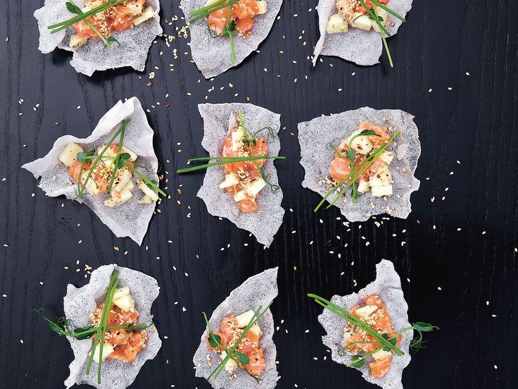 Asiatisk laxtartar i friterat rispapper | Recept från Köket.se