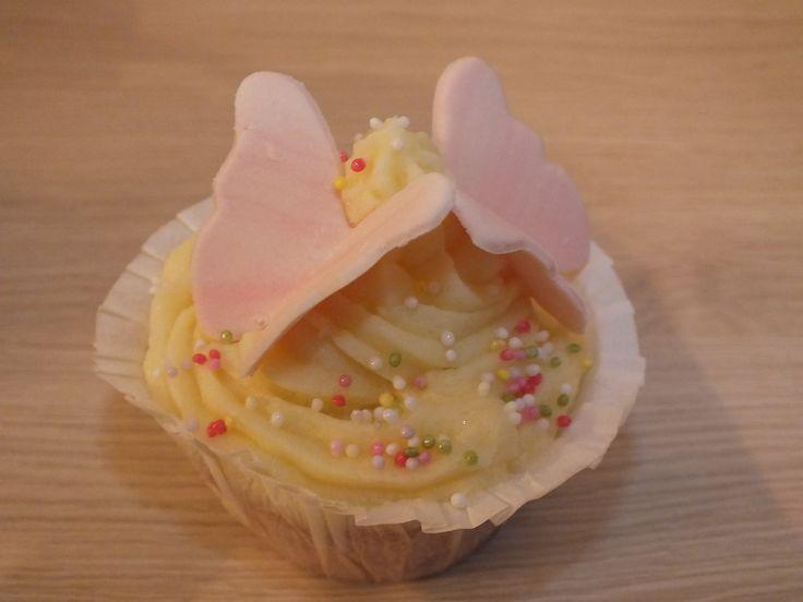 Waniliowe babeczki z kremem maślanym i motylkami/ Vanilla cupcakes with cream butter and butterflies
