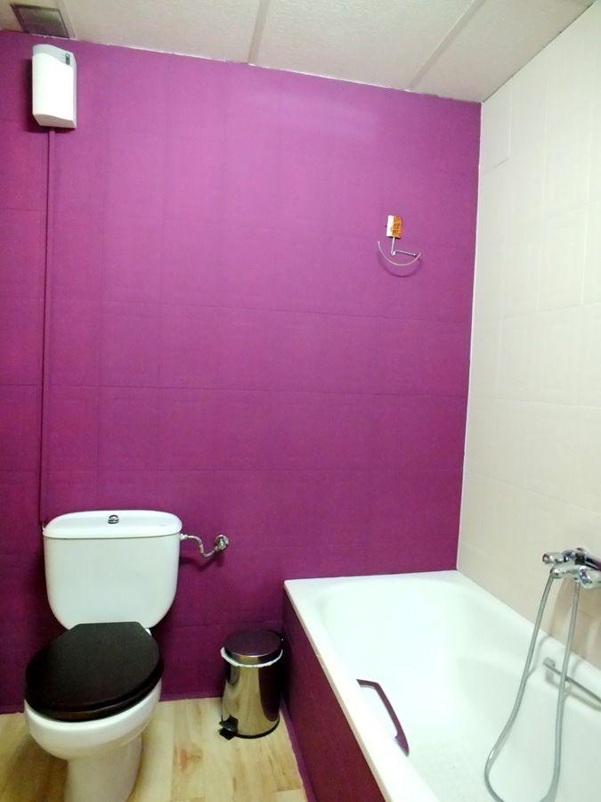 Ba o decoraci n violeta dise o azulejos pintados - Decoracion banos azulejos ...
