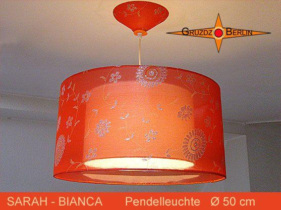 Loungeleuchte SARAH-BIANCA Ø 50 cm, Pendellampe mit Diffusor und Baldachin, Seide. Ein Hauch aus orangefarbender Organza Seide mit zart schimmernden Blütenmotiven umhüllt den inneren Schirm aus weißem Leinen. Einmalig schön.