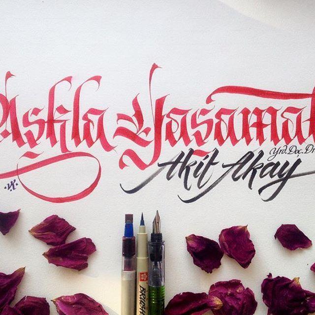 """Kıymetli Akif Akay hocama sevgilerimle. Yeni kitabı """"Aşkla Yaşamak"""" kendisine ve okurlarına hayırlı uğurlu olsun. #aşklayaşamak #kitap #yayın #kaligrafi #calligraphy #book #publishing #letter #elyazısı #frakturtype #fraktur #brush #brushtype #art #sanat"""