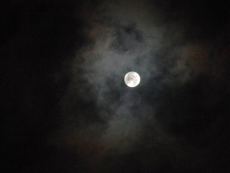 nacht donkere nacht met af en toe een klein lichtpuntje