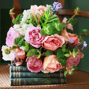So pretty: Vintage Books, Rose Colors, Colors Combos, Arrangement, English Gardens, Beautiful Flowers, Modern Houses, Old Books, Books Flowers