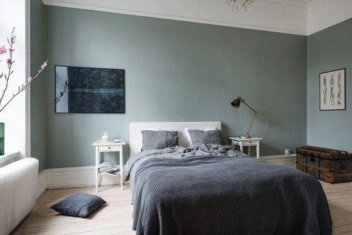 Olijfgroene muren in een Scandinavische slaapkamer