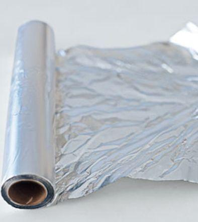 Il pericolo di cucinare o conservare gli alimenti con la carta di alluminio