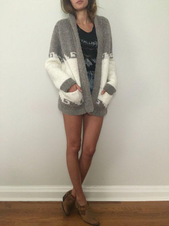 Vintage gris y crema nativo americano / indio y suroeste impresión suéter.  Hecha de 100% Acrylon, hecho en México. La marca es tierra del sol.  Sin tamaño.  Mediciones-  Hombro a hombro - 16,5 pulgadas Axila a axila-19.5 pulgadas Longitud de la manga-28 pulgadas Longitud total-29 pulgadas  El modelo es 510.  ¡Consúltenos sobre envío combinado en varios elementos!   Condición-usado, gran cantidad de pilling, descoloramiento y enganches. Falta el cinturón. Ver fotos para detalles.