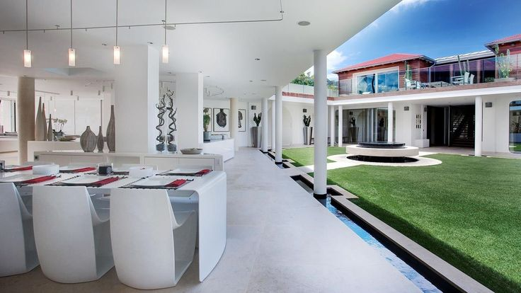 All'Eden Rock di St. Barth nei Caraibi gli ospiti che soggiornano nella fantasmagorica Villa Rockstar, per la modica cifra di 34.000 dollari a notte, hanno un accesso privato alla spiaggia e due case collegate tra loro da un giardino tropicale. C'è anche la palestra, l'ufficio e uno studio di registrazione musicale privato.