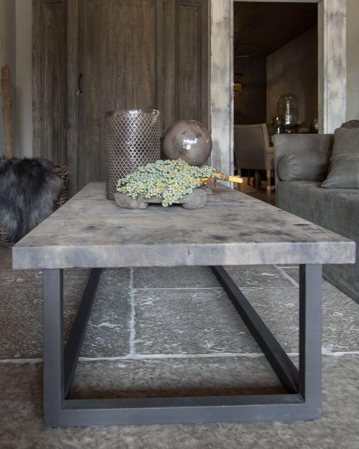 Stoere tafel van ijzer met leren blad.