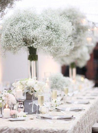 Häftig bordsdekoration med stora buketter brudslöja
