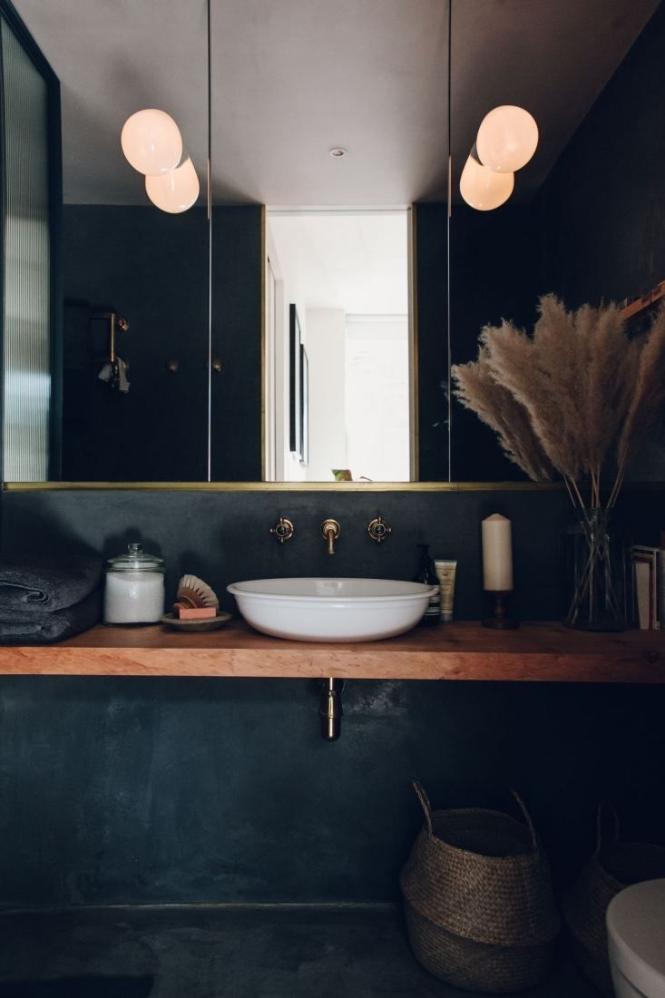 The Bath en Noir: 10 Favorite Moody Black Bathrooms - Remodelista