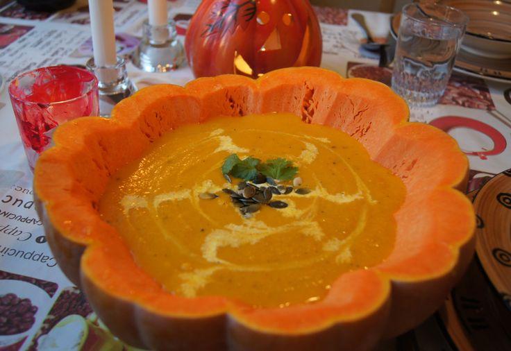 En oktoberklassiker!Mange forbinder gresskar med helloweenfeiring, og iUSA er det ikke uvanlig atgresskarsuppestårpå bordet under en helloween-feiring. Den blir også ofte servert i selve gress…