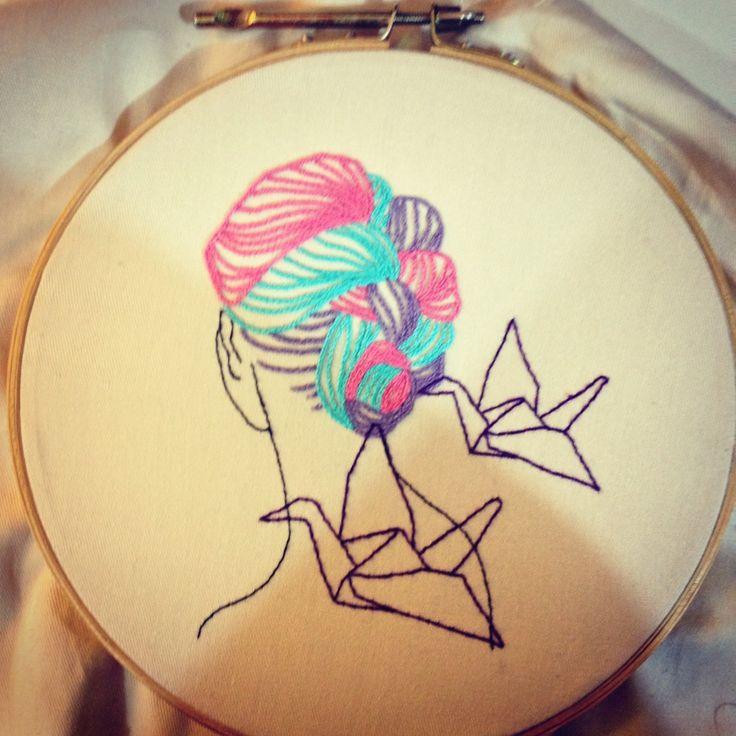 Bordado com cabelo colorido e avioes de papel