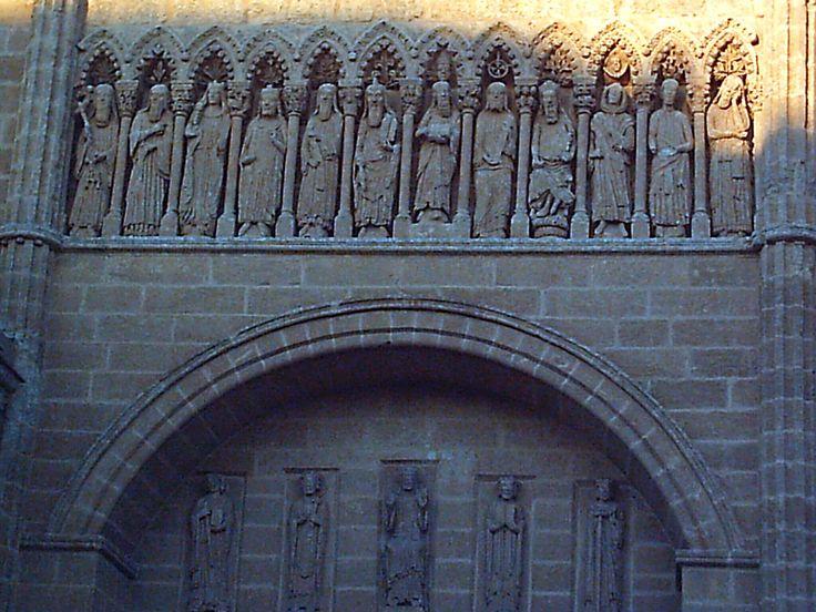 En la fachada de la puerta de las cadenas de la catedral de Ciudad Rodrigo se hallan los doce apóstoles, si bien, el tercero por la izquierda parece completamente una mujer.