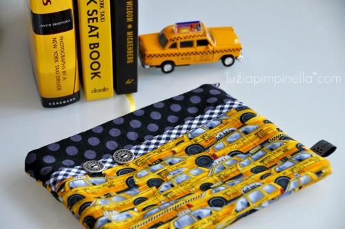 NYC yellow cab rush hour im TÄSCHchenformat...    das täschchen bietet platz fürreiseDOKUMENTE... und für MÄDCHENzeugs auf REISEN... die kosmetik, den