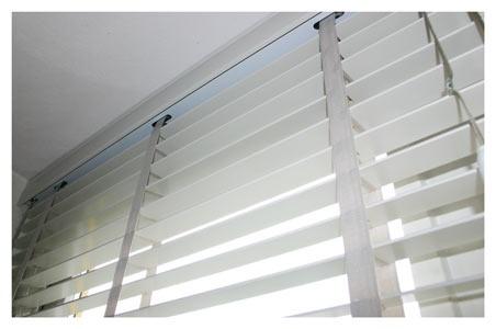 Brede horizontale jaloezien, wat als shutters door kan gaan. Gezellig met mooie vitrage aan weerszijden. #leenbakker