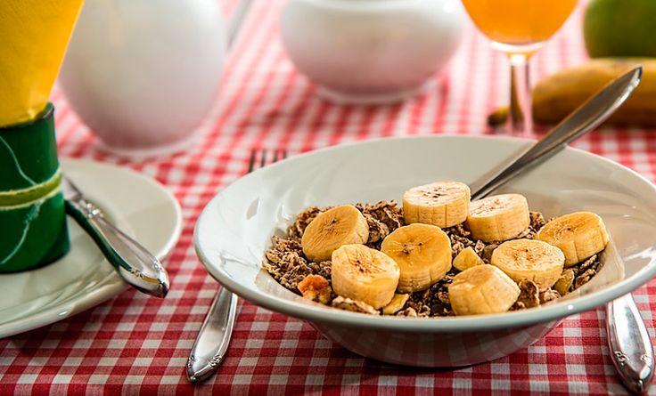 La alimentación y nuestros hábitos influyen mucho en mantener saludable nuestro cerebro. Conoce en el siguiente artículo cómo hacerlo