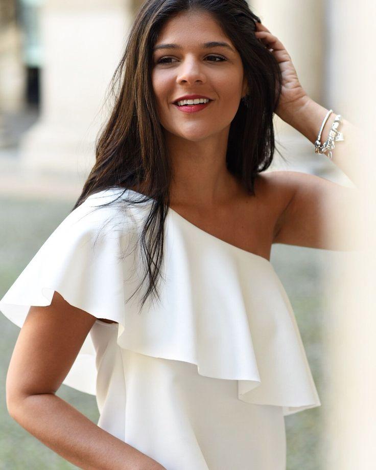 Look lindo com blusa de um ombro só branca com babados, que usei para o último dia de desfiles em Milão. Look do dia para a semana de moda em Milão, 2016.