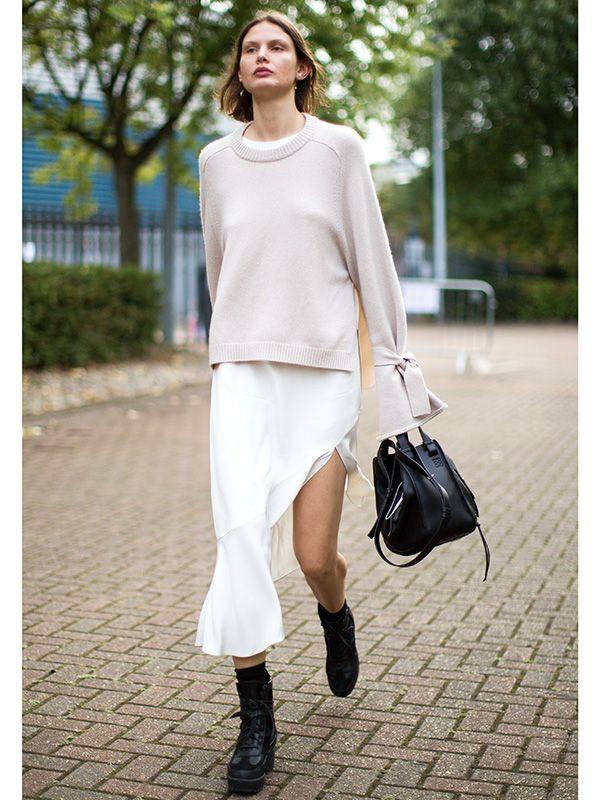 秋冬のマストトライNo.1! スリットスカートのモードな着こなし術   FASHION   ファッション   VOGUE GIRL