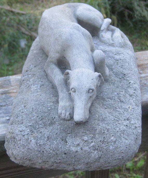 Statue de béton lévrier