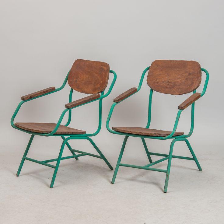 KARMSTOLAR, 1 par, bemålad smidesjärn och trä, industridesign.