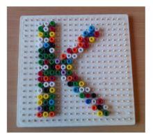 In de meeste kleuterklassen kun je kralenplank voorbeelden tegenkomen van bijna alles. Ik heb er nog geen met letters of cijfers gezien. Daarom heb ik ze zelf gemaakt.