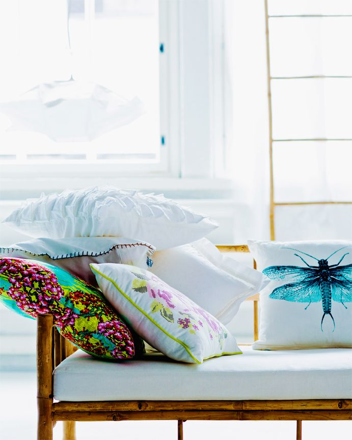 Pillow is a girls's best friend. Flowers and dragonflies bring the nature to a living room. Styling Arja Löfström, photo Tuomas Kolehmainen / Glorian Koti.