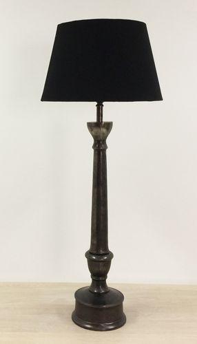 Elegant og lekker Mayfair bordlampe i nikkelbelagt aluminium. Lampen har en underliggende kobberfarge med sort finish, fargen vil derfor fremstå forskjellig i forhold til lysforhold. Lampen leveres komplett med skjerm i sort lin.Mål:Total høyde 88 cmSkjerm:Diameter 36 cmMateriale:AluminiumSkjerm i linVarenummer:550701/550711NB:Pære medfølger ikke