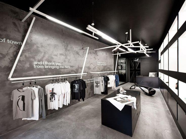 """Venafro, Italia es el hogar de una tienda nueva estrella llamada Inicio / Tienda inusual , diseñado por Luigi Valente . El arquitecto explica que la tienda """"se concibe como una vitrina que utiliza elementos puros para hacer hincapié en cada tela, creando un contraste con la estructura de acero"""