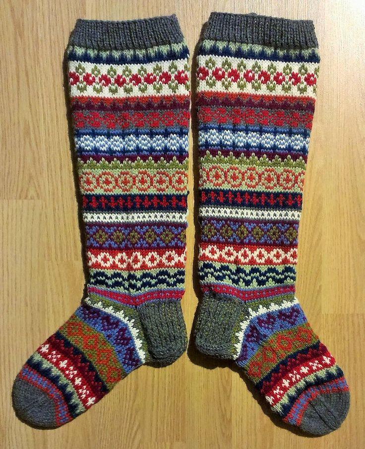 Kylläpä sainkin aikaa näihin kulumaan, mutta nyt viimein on valmista. Nyt saa jalat lämpöä ja väriä polviin saakka. Tässä jalat y...