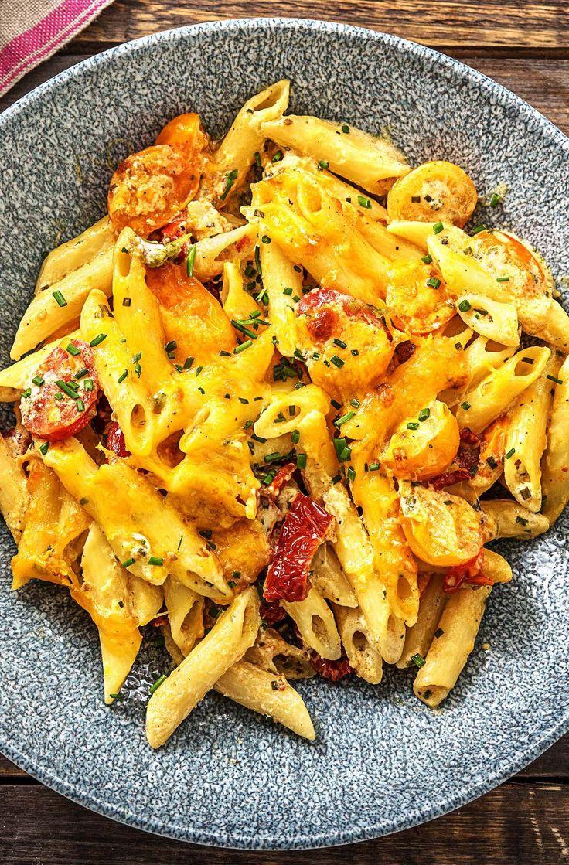 Überbackene Penne mit getrockneten Tomaten bunten Kirschtomaten, Frischkäse und Cheddar