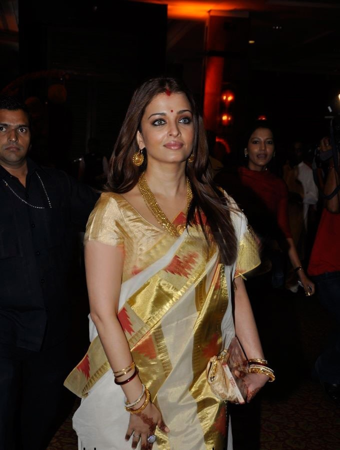 Aishwarya Rai Bacchan looks stunning in this Bengali traditional saree.