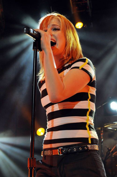 Hayley Williams from Paramore wearing skinny b&w t-shirt and skinny jeans