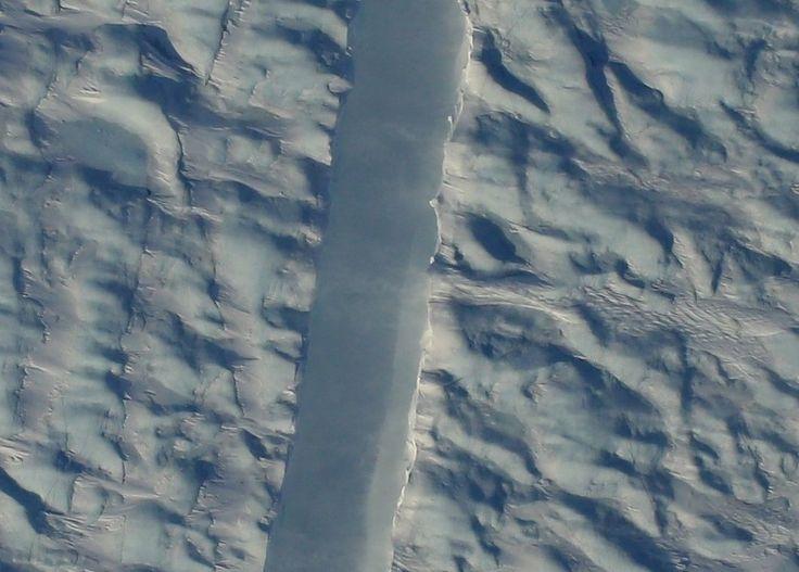 NASA publica la foto de una inquietante grieta en uno de los mayores glaciares de Groenlandia