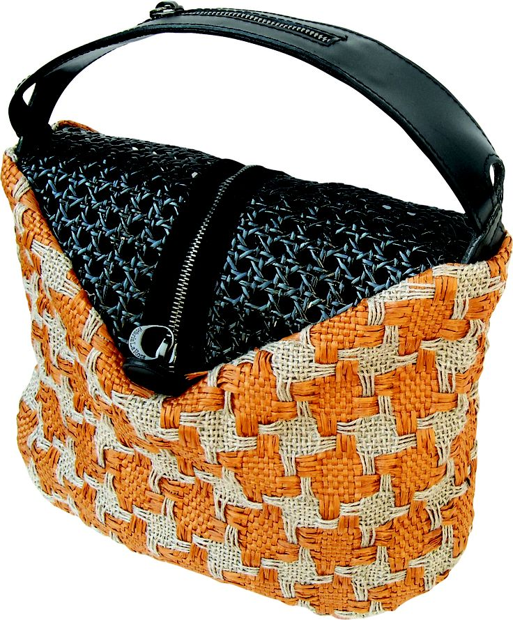 Pocker bag in handwoven fabric donna rust with black straw. zipper detail.
