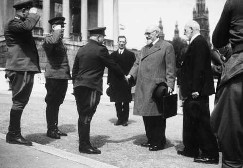 Generalleutnant und Stadtkommandant für Wien, Alexej Blagodatow, schüttelt Staatskanzler Karl Renner die Hand; rechts der Wiener Bürgermeister Theodor Körner.