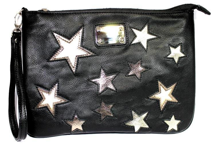 Τσάντα μαύρη με λευκά και χρυσαφί αστέρια που φοριέται κρεμαστή αλλά και ως φάκελος. 'Εχει εσωτερικά τρία τσεπάκια και ένα εξωτερικά στο πίσω μέρος που κλείνει με φερμουάρ.Περιέχει 2 λουράκια,ένα μακρύ για να φοριέται κρεμαστά και ενα κοντό για να κρατιέται στο χέρι.Φοριέται απο το πρωί μέχρι το βράδυ!  Ύψος 22cm, Μήκος 30cm   $29.00