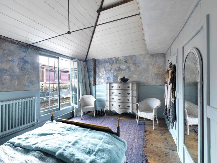 Dříve prostor pod hroutící se střechou, dnes krásná ložnice majitelů - ProŽeny.cz